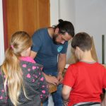 Lehrer zeigt Kindern wie man es macht